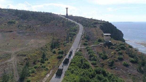 组图:李山岛最高山峰上的升旗仪式 hinh anh 1