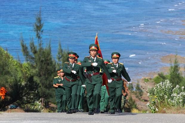 组图:李山岛最高山峰上的升旗仪式 hinh anh 2