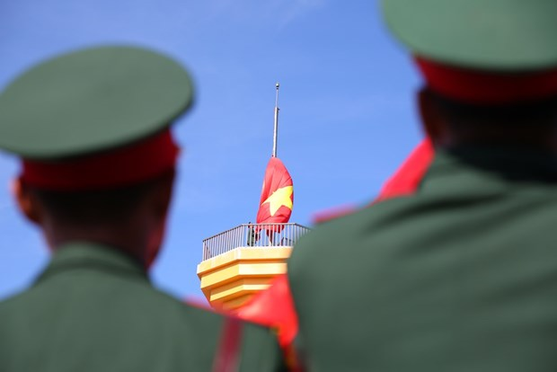 组图:李山岛最高山峰上的升旗仪式 hinh anh 6