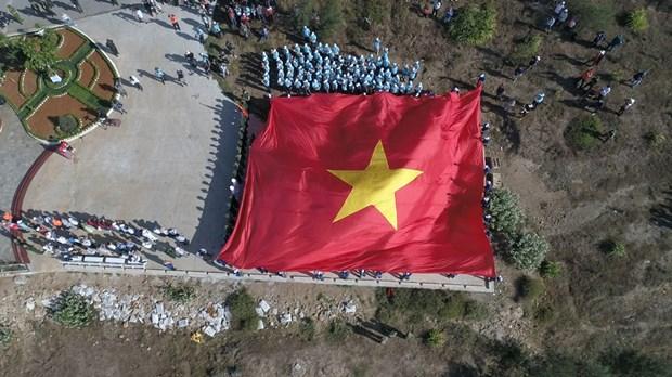 组图:李山岛最高山峰上的升旗仪式 hinh anh 9