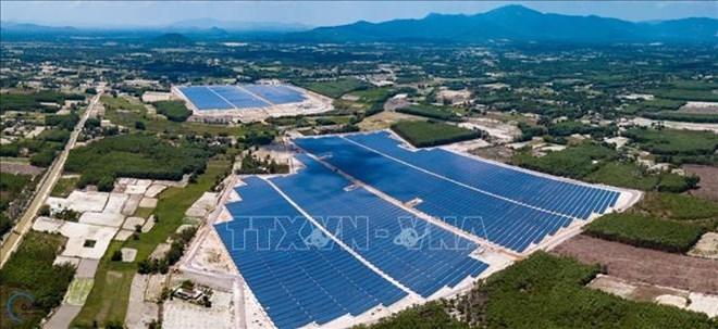 平定省第一座太阳能发电厂并入国家电网